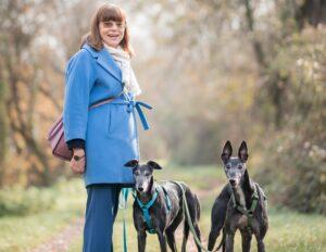 Elena con i suoi due levrieri neri