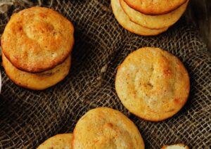 Biscotti piatti e dorati su una tovaglietta marrone a trama di sacco