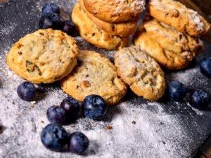 Biscotti alla ricotta e mirtilli neri