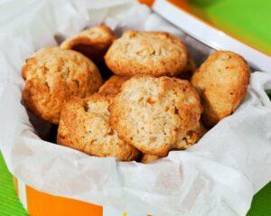 biscotti alla mela e carote in un cestino a righe arancio e bianche